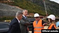 Crnogorski premijer Milo Đukanović na gradilištu (rtcg.me)