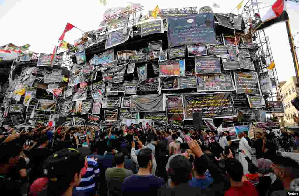 Người Iraq tưởng niệm tại đền tưởng niệm tạm thời dành cho nạn nhân của vụ đánh bom tự sát ở Karrada thuộc thủ đô Baghdad, Iraq, ngày 10 tháng 7, 2016.