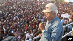 Edward Lowassa, presidential candidate of Tanzania's opposition party CHADEMA -- a coalition of four opposition political parties, popularly known in Swahili as UKAWA -- holds a campaign rally for the Oct. 25 election in Manyara, Tanzania, Sept. 25, 2015.
