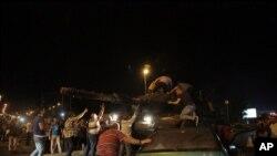 Warga Turki berusaha menghentikan kendaraan lapis baja yang memasuki Ankara, Turki, 15 Juli 2016.