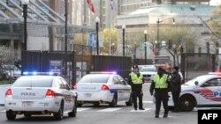 美國安保人員在華盛頓會議中心召開核安全峰會的第一天在大會入口處站崗 (2016年3月31日)