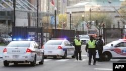美国安保人员在华盛顿会议中心召开核安全峰会的第一天在大会入口处站岗 (2016年3月31日)