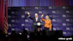 美國副總統彭斯與田納西州共和黨聯邦參議員候選人瑪莎·布萊克本向支持者揮手。(2018年9月21日,視頻截圖)