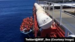 Des migrants en train d'être remontés sur un bateau lors d'une opération de secours de l'ONG MSF e n Méditerranée, au large de la Libye, 9 juin 2017. (Twitter/ @MSF_Sea)