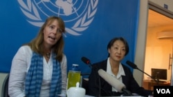 FILE - United Nations Special Rapporteur Rhona Smith (L) gives statement on the situation of human rights in Cambodia at office of the high commissioner for human rights, Sept. 24, 2015. (Neou Vannarin/VOA Khmer)