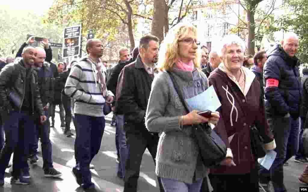 Warga ikut dalam demonstrasi polisi di Paris (26/10). Jajak pendapat menunjukkan dukungan rakyat terhadap polisi. (VOA/L. Bryant)