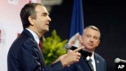 维吉尼亚州民主党州长候选人,副州长拉夫•诺沙姆(左)和共和党州长候选人吉利斯皮在维吉尼亚大学参加辩论 (2017年10月9日)