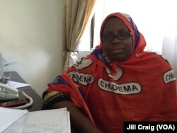 Chadema party worker at reception desk of Chadema's Dar es Salaam headquarters, Oct. 23, 2015. (Photo: Jill Craig / VOA)