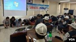 지난 23일 한국 경기도 광명시 보훈회관에서 탈북민들이 6.25 참전 용사들에게 감사의 마음을 전하며 큰 절을 하고 있다.