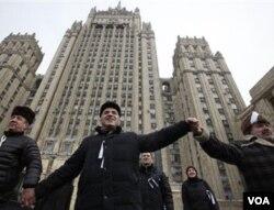 Mantan juara dunia catur, Garry Kasparov (tengah) bergabung dengan ribuan demonstran di Moskow hari Minggu (26/2).