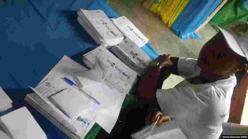 Un agent attend les électeurs dans un bureau de vote à Kigali, Rwanda, 4 août 2017. (VOA/Charly Kasereka)