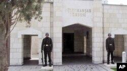 Binh sĩ Thổ Nhĩ Kỳ canh gác lăng Suleyman Shah,cháu nội của người sáng lập Đế chế Ottoman, tại làng Karakozak, đông bắc Aleppo, Syria.
