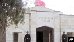 2011年4月土耳其士兵哉在奥斯曼帝国创始人苏雷曼大帝陵墓入口处站岗