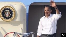美國總統奧巴馬已登上空軍一號開始他的假期﹐他在出發前發表的一份聲明要求敘利亞總統阿薩德下台時。