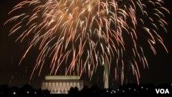 美國歡慶獨立日燃放焰火,照耀國會山的夜空。