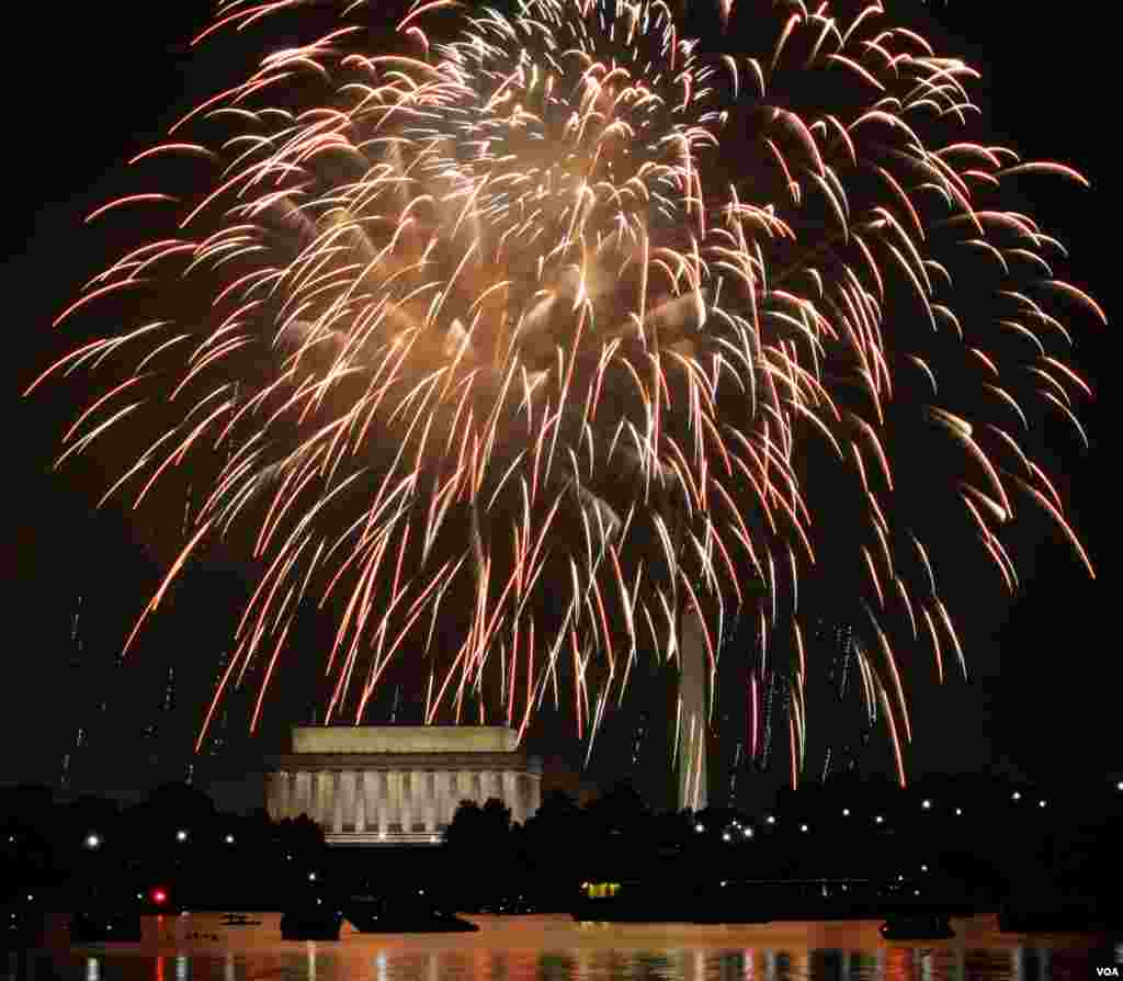 Fireworks are seen over the Washington Monument and Lincoln Memorial in Washington, July 4, 2012. (B. Allen/VOA)