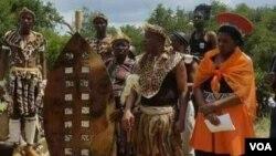 UMnu. Raphael Stanley Khumalo labanye bakhe egcekeni lapho okwakusenzelwa khona inxwala.