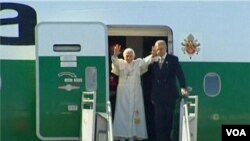 Paus Benediktus tiba di Bandara Internasional Guanajuato, Meksiko (23/3).