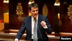 ນາຍົກລັດຖະມົນຕີຝຣັ່ງ ທ່ານ Manuel Valls ກຳລັງກ່າວ ຄຳປາໄສ ກ່ຽວກັບນະໂຍບາຍທົ່ວໄປ ໃນສະພາແຫ່ງຊາດ ຢູ່ນະຄອນຫລວງ ປາຣີ, ວັນທີ 8 ເມສາ 2014.