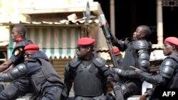 Des policiers sénégalais patrouillent lors de manifestations la loi électorale à Dakar le 19 avril 2018.