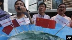 七月九日香港保釣人士手持插上中國旗幟的釣魚島模型在日本駐香港領事館前示威