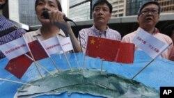 7月9日抗议者在香港日本总领事馆附近手举插有中国国旗的钓鱼岛模型