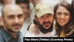 Hàng trăm người ủng hộ và bà con thân nhân đã đón ông Gilani (giữa) trở về lại nhà sau 3 năm bị bắt cóc.