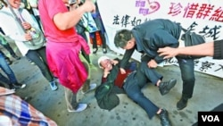 """游行者扮法官自称""""狗官"""" (苹果日报图片)"""