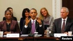 19일 바락 오바마 미국 대통령(가운데)이 대통령 직속 수출자문위원들과 면담하는 자리에서 발언하고 있다.