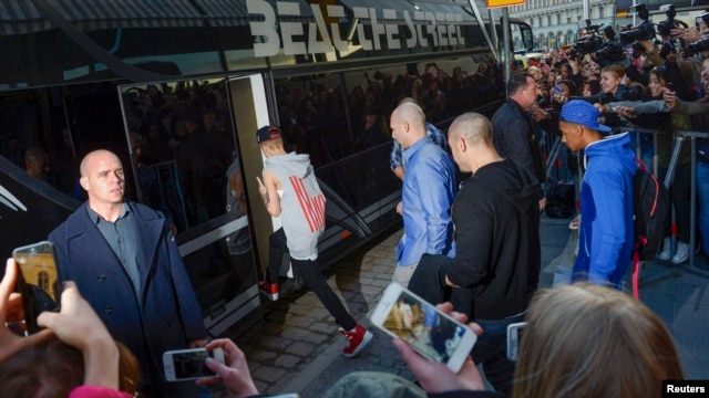 Justin Bieber is pictured boarding his tour bus outside Grand Hotel for his concert in Stockholm, Apr. 23, 2013.