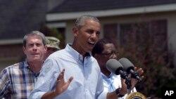Tổng thống Obama phát biểu sau khi đi thăm Castle Place, một khu vực bị ảnh hưởng bởi trận lụt ở Baton Rouge, 23/8/2016.