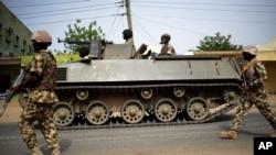 Binh sĩ Nigeria tuần tra ở thành phố miền đông bắc Mubi vừa chiếm lại từ nhóm Boko Haram hồi tháng 2, 2015.