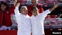 Salvador Sánchez Cerén (izquierda) y Oscar Ortíz saludan a la 29a. Convención Nacional del FMLN que los elegió como fórmula presidencial para las elecciones de marzo próximo.