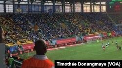 Dans le stade de Port-Gentil, pendant le match Ouganda-Ghana pour la CAN 2017, au Gabon, le 17 janvier 2017. (VOA/Timothée Donangmaye)