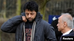 FILE - British businessman Shrien Dewani (L) and his father, Prakash Dewani, are seen heading to a bail hearing in London Feb. 24, 2011.