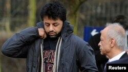 FILE - British businessman Shrien Dewani (L) and his father, Prakash Dewani, are seen heading to a bail hearing in London Feb. 24, 2011.