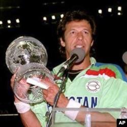 عمران خان 1992 کے ورلڈ کپ تھامے ہوئے