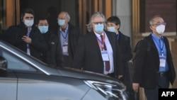 ក្រុមអ្នកជំនាញចុះស៊ើបអង្កេតពីប្រភពនៃការរាតត្បាតនៃជំងឺកូវីដ១៩ ដែលដឹកនំាដោយអង្គការសុខភាពពិភពលោក (WHO) ចាកចេញពីសណ្ឋាគារ Hilton Wuhan Optics Valley ដែលជាកន្លែងដែលក្រុមនេះស្នាក់នៅក្រោយពីការធ្វើចត្តាឡីស័ក នៅទីក្រុងវូហាន ប្រទេសចិន នៅថ្ងៃទី២៩ ខែមករា ឆ្នាំ២០២១។