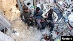 3일 시리아 알레포에서 '자유시리아군' 소속 반군 병사들이 휴식을 취하고 있다. (자료사진)