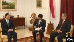 Menlu Tiongkok, Yang Yiechi (kiri) menemui Presiden SBY di Istana Negara 10/8 (foto: Alina Mahamel).