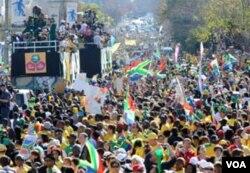 Arak-arakan tim tuan rumah Bafana-Bafana menembus kerumunan masyarakat di Johannesburg.