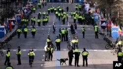 Офицеры полиции около финишной черты 120-го Бостонского марафона. Бостон. 18 апреля 2016 г.