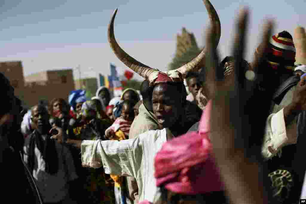 Quelques habitants de Tombouctou durant la visite des deux chefs d'Etat.
