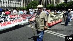 Grčki građani protestuju protiv mera štednje koje je uvela vlada nastojeći da izbegne finansijski kolaps