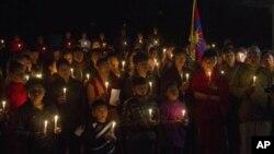 최근 중국에서 분신자살한 티베트인들을 기리기 위해, 지난 22일 인도 담살라에서 티베트 망명자들이 연 촛불 추모제.
