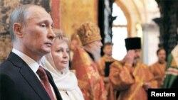 크렘린궁 내 블라고베셴스키 사원에서 러시아 정교회 축하 예배에 참석한 푸틴(사진왼쪽) 러시아 대통령