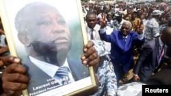 Arrivée d'Aboudramane Sangare du Front populaire ivoirien (FPI) à un rassemblement de la Coalition nationale pour le changement (CNC) de l'opposition à Koumassi, district d'Abidjan, le 27 juin 2015.