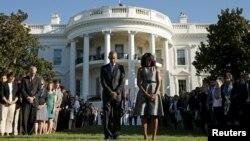 9.11 테러 사건 14주년을 맞은 11일 백악관 잔디에서 열린 추모식에서 바락 오바마 미국 대통령(가운데)과 영부인 미쉘 오바마 여사가 묵념하고 있다.