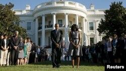 Madaxweyne Obama iyo Michele oo daqiiqad aamusnaan ah gudanaya. Sep 11, 2015.