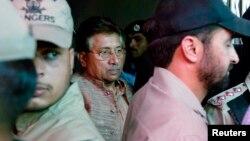 巴基斯坦前总统穆沙拉夫(中)4月20日离开伊斯兰堡的反恐法庭